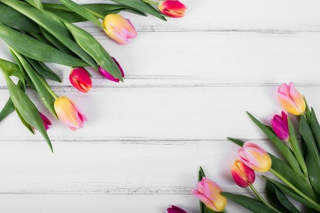 Brillantes ramos de tulipanes