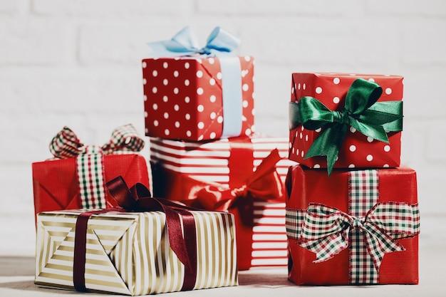 Brillantes regalos de navidad en la composición