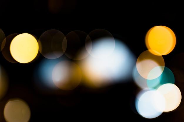 Brillo de luz bokeh contra sobre fondo negro