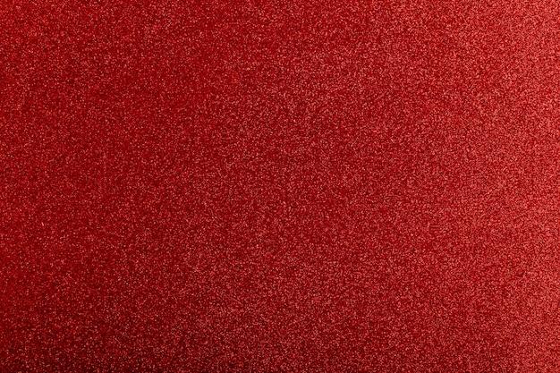 El brillo rojo enciende el modelo del fondo desenfocado.