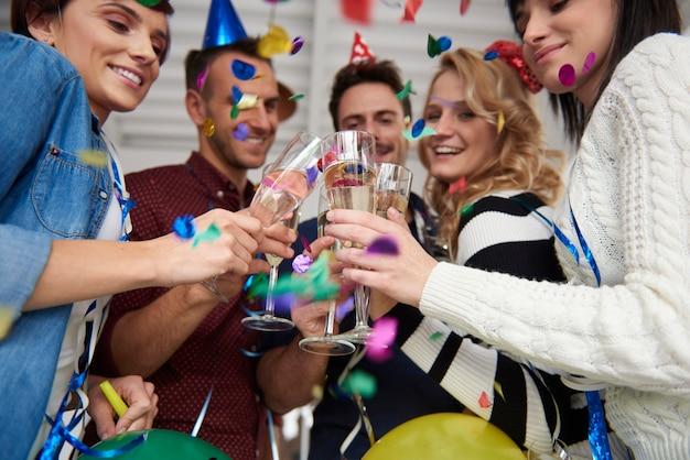 Brindis de celebración en la fiesta de la oficina