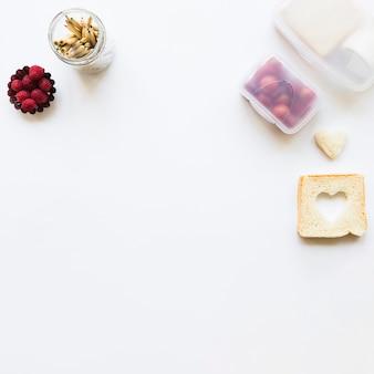 Brindis y lápices cerca de comida saludable