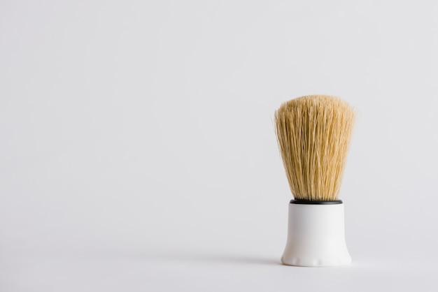 Brocha de afeitar sintética sobre fondo gris