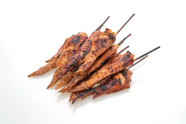Brocheta de alitas de pollo a la parrilla o barbacoa aislado