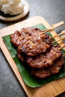 Brocheta de cerdo a la parrilla con arroz blanco
