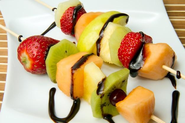Brocheta de frutas mixtas