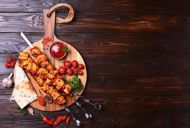 Brocheta de pollo con especias y verduras