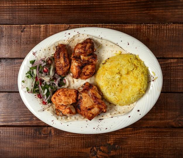 Brocheta de pollo frito con arroz