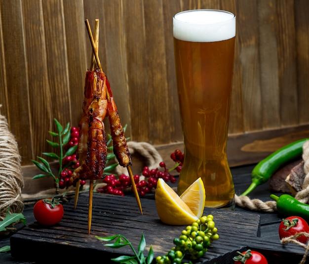 Brocheta de pollo con jarra de cerveza