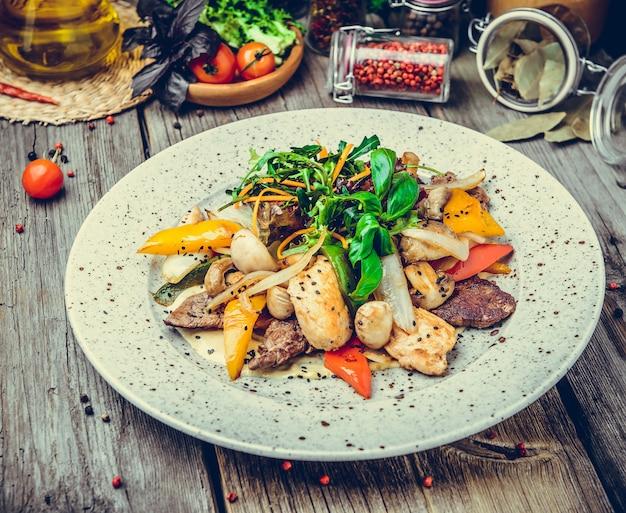 Brochetas de carne en brochetas con verduras asadas, pescado a la parrilla, picnic de primavera y verano