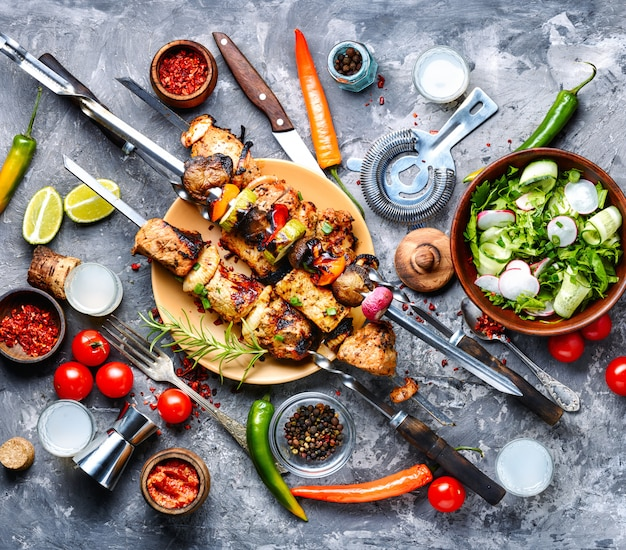 Brochetas de carne a la parrilla o shish kebab