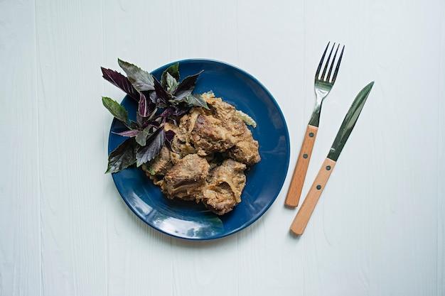 Brochetas de cerdo en un plato