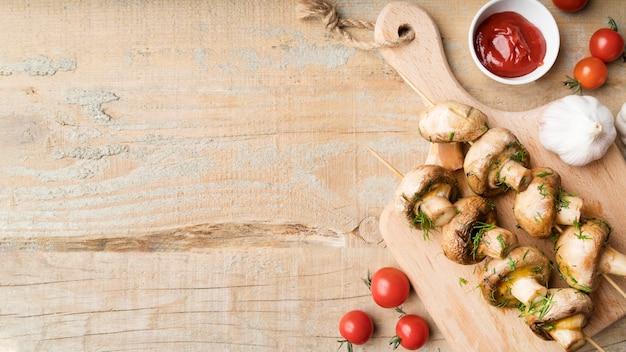 Brochetas de champiñones a la plancha con verduras