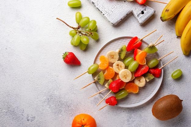 Brochetas de fruta, merienda saludable de verano.