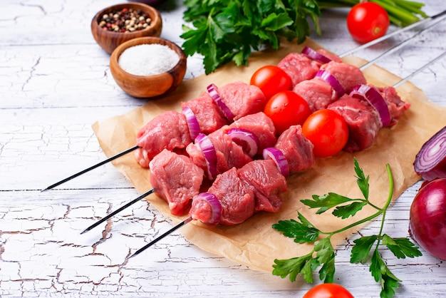 Brochetas de kebab crudas con tomate