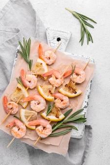 Brochetas de mariscos y camarones y hierbas