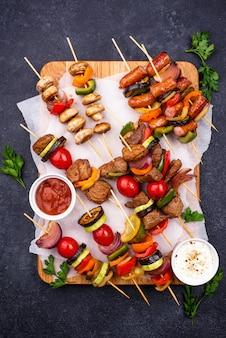 Brochetas a la plancha con carne, setas y verduras