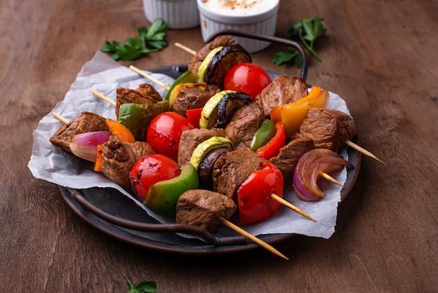 Brochetas a la plancha con setas de carne y verduras