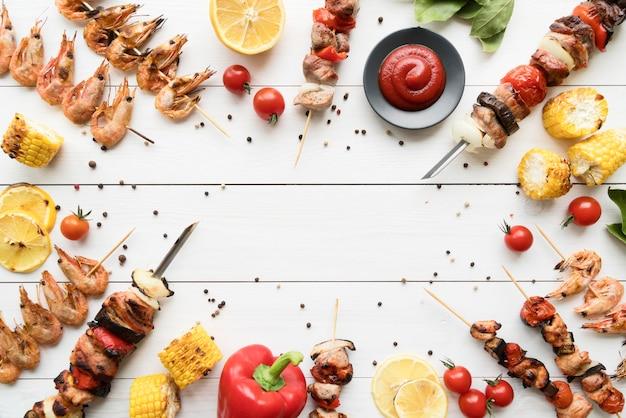 Brochetas de pollo a la plancha con marco de verduras