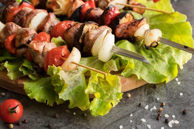 Brochetas de pollo a la plancha con verduras de primer plano