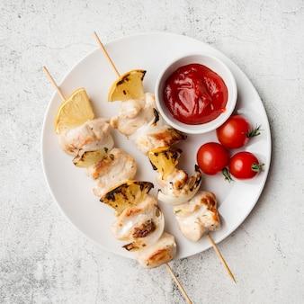 Brochetas de pollo a la plancha con verduras y salsa