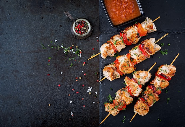 Brochetas de pollo con rodajas de pimientos y eneldo. comida sabrosa. comida de fin de semana vista superior. endecha plana.