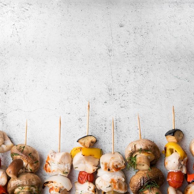 Brochetas de pollo y verduras a la parrilla con espacio de copia
