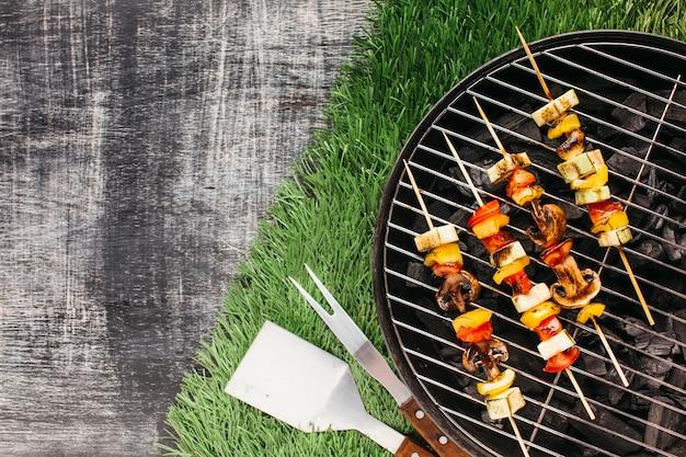 Brochetas de verduras y carnes a la parrilla en barbacoa.
