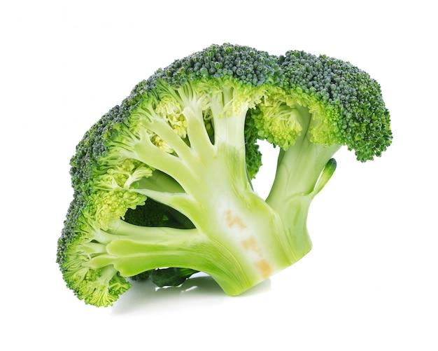 Brócoli aislado en un blanco