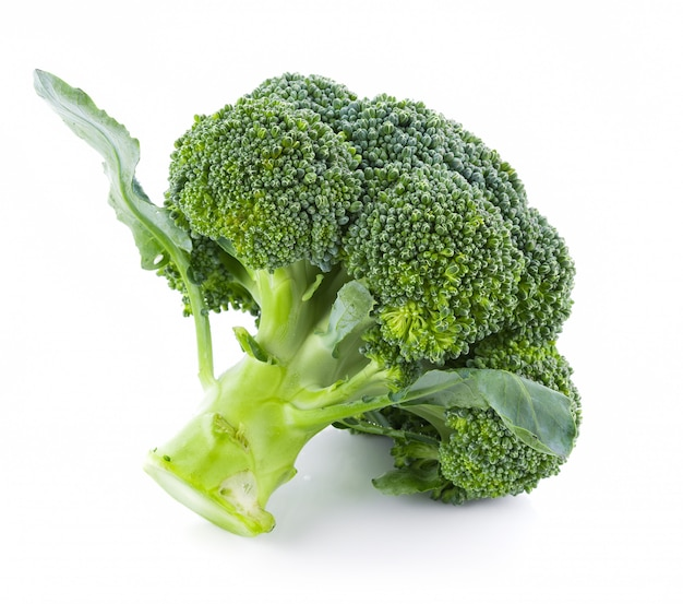 Brócoli aislado sobre fondo blanco