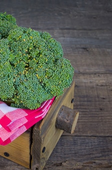 Brócoli en una caja de madera.
