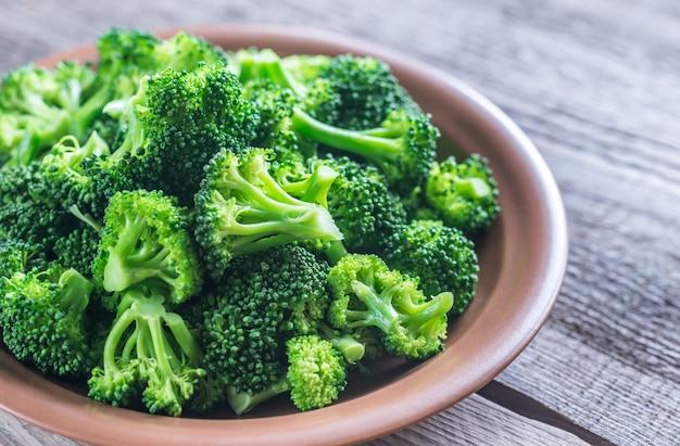 Brócoli cocido en el plato