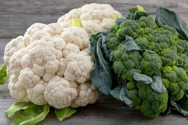 Brócoli y coliflor orgánicos maduros frescos