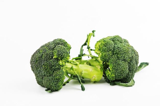 Brócoli fresco aislado en el fondo blanco