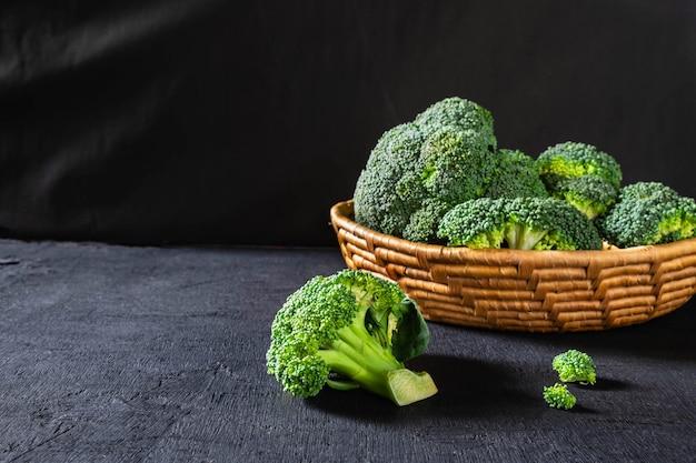 Brócoli fresco en la cesta.