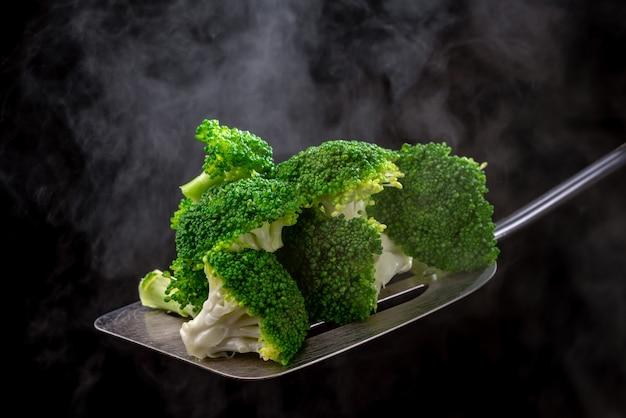 Brócoli fresco en una cuchara
