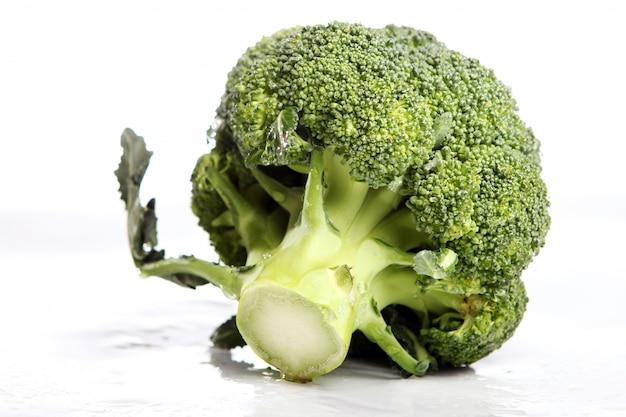 Brócoli fresco sobre fondo blanco.