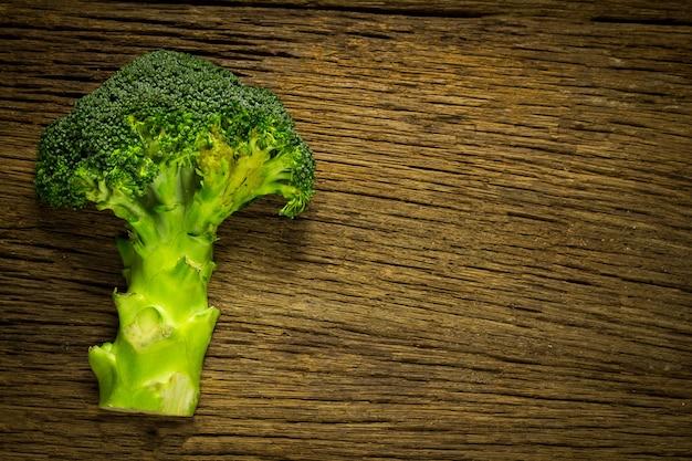 Brócoli medio en madera. madera vieja espacio. vista superior