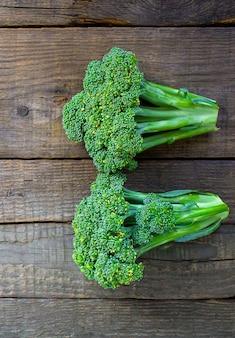 Brócoli en una mesa de madera