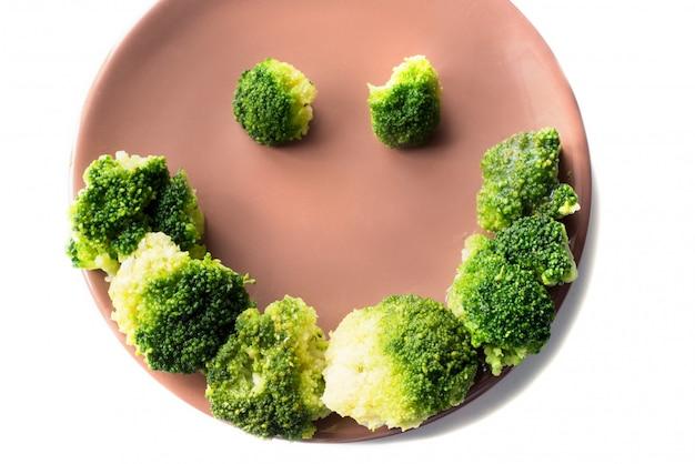 Brócoli en placa sobre fondo blanco.