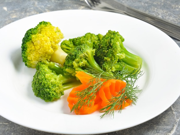 Brócoli sabroso hervido en un plato blanco.