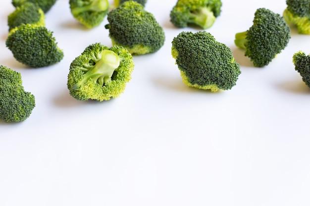 Brócoli sobre fondo blanco