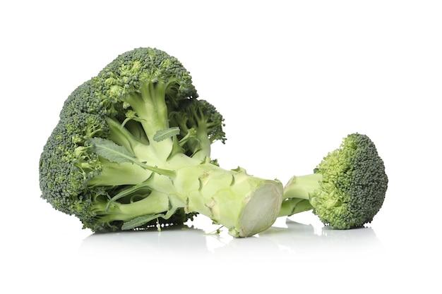 Brócoli sobre una superficie blanca