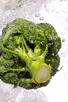 Brócoli verde caído al agua