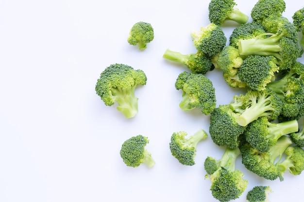Brócoli verde fresco sobre blanco