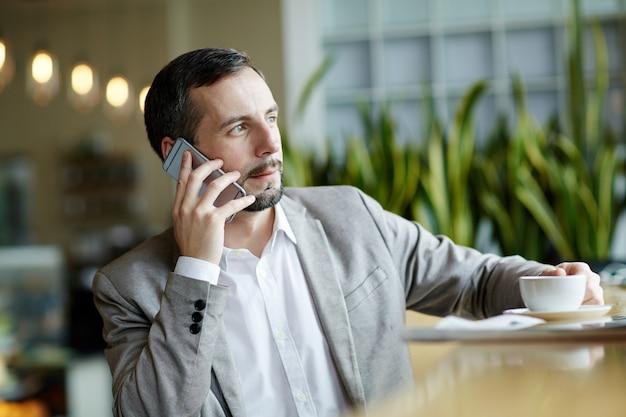 Broker llamando
