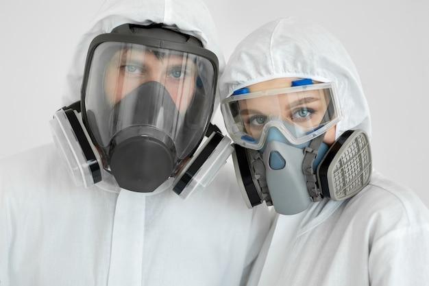 Brote epidémico de coronavirus. retrato de médicos en trajes limpios con respirador protector