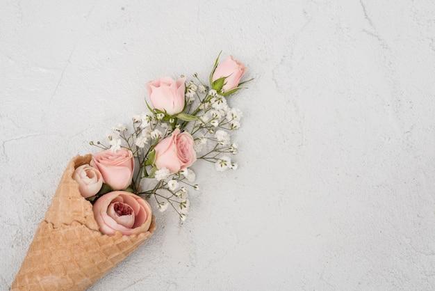 Brotes de rosas en vista superior del cono de helado