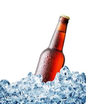 Brown empañado sobre una botella de cerveza en hielo