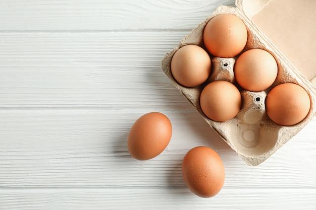 Brown huevos de gallina en caja de cartón en blanco